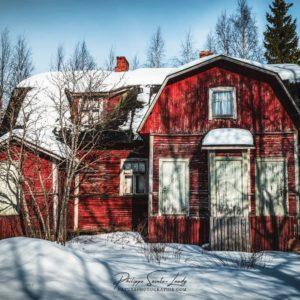 Maison en bois de couleur rouge en Finlande