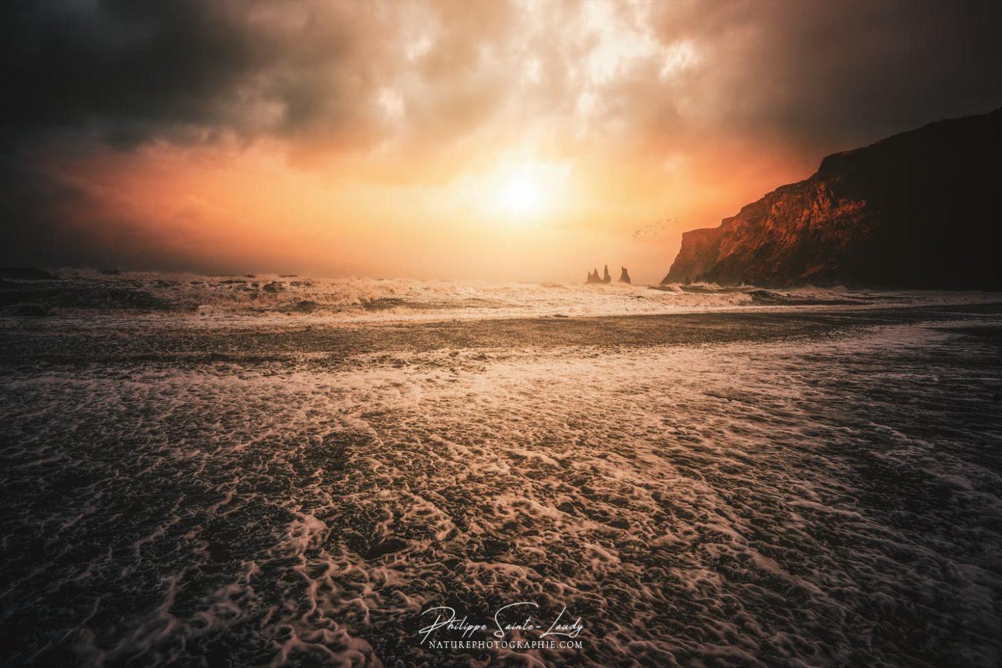 Coucher de soleil sur la plage de Vik