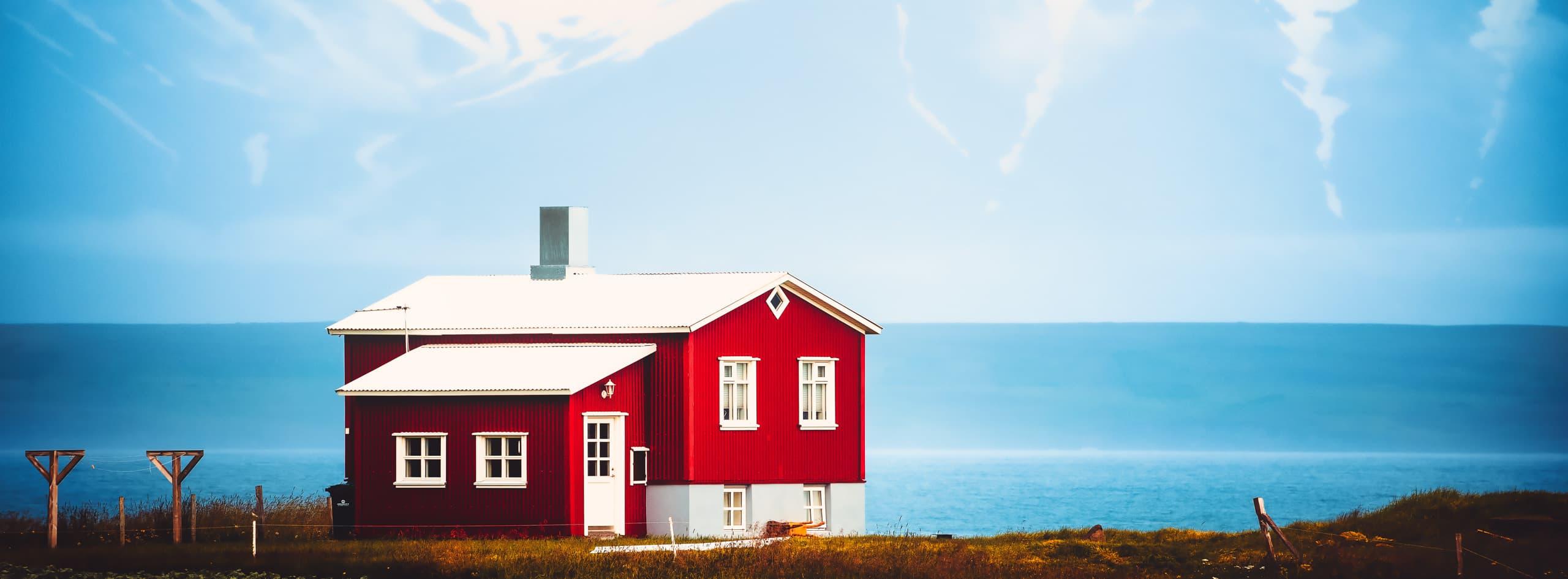 Maison traditionnelle Islandaise au fond d'un fjord