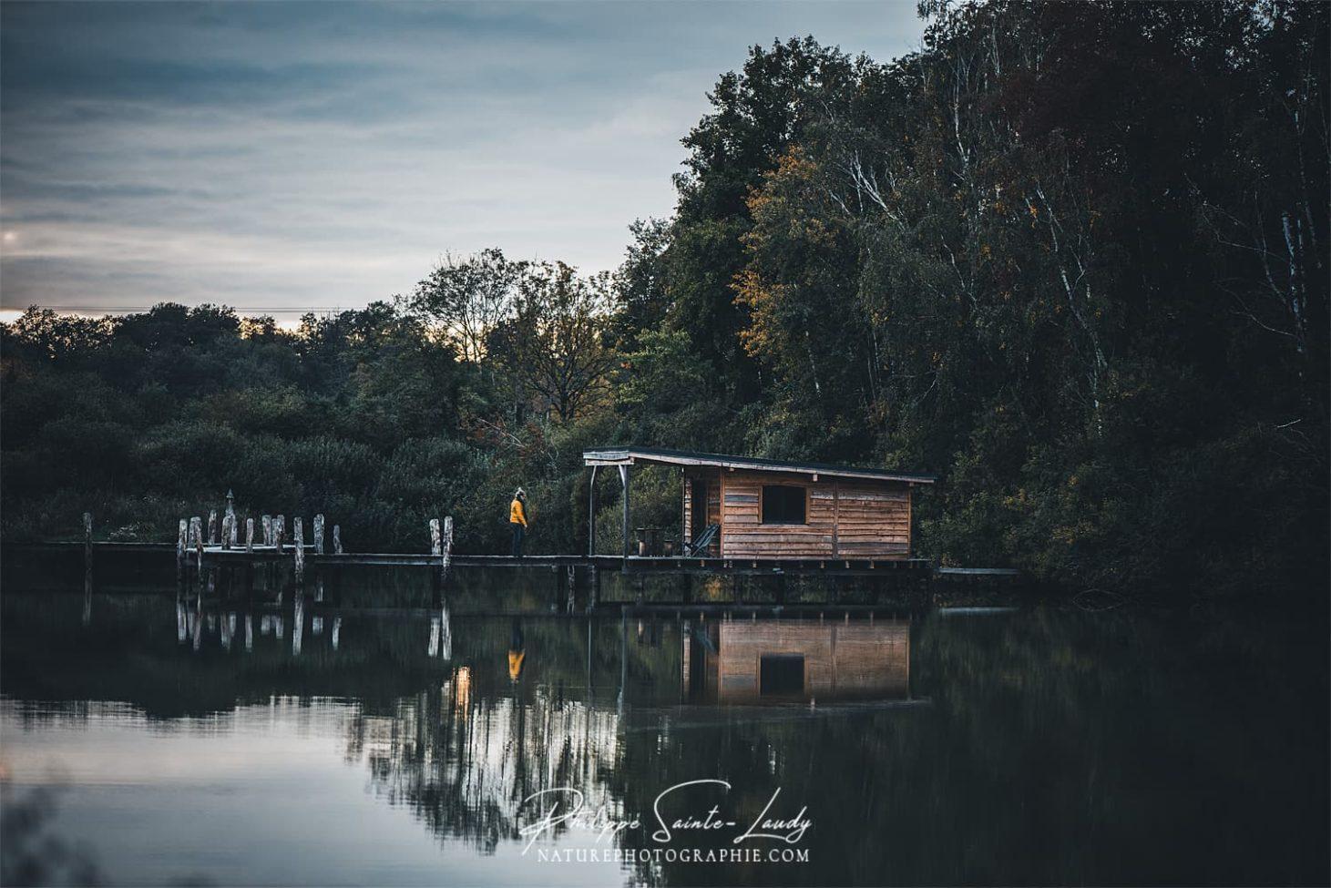 Cabane sur pilotis en automne