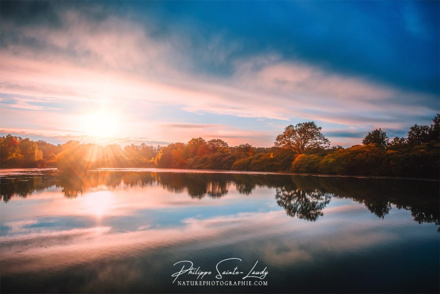 Un automne, un coucher de soleil, un étang