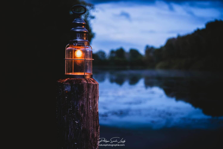 Lanterne au bord du lac
